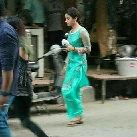 Raazi 5 - Alia Bhatt's de-glammed look in the film Raazi revealed in these leaked photos!
